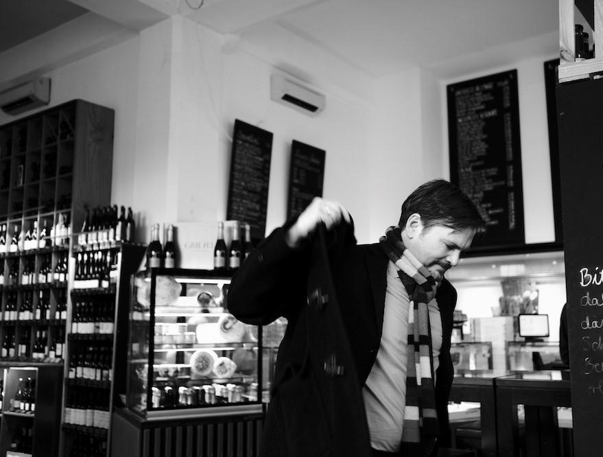 Schwarz-Weiß-Aufnahme von Rechtsanwalt Jens Engelhardt in einem Café